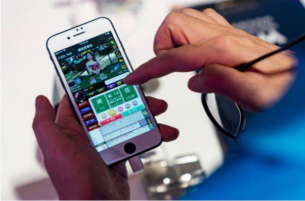 pessoa jogando no celular cassino online