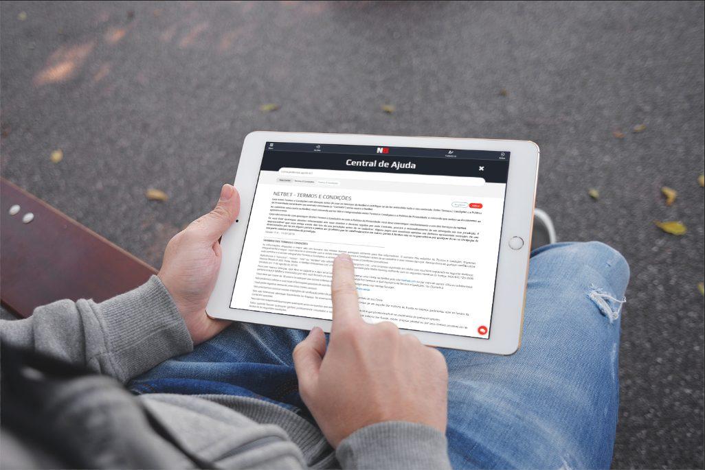 pessoa jogando online tablet ipad