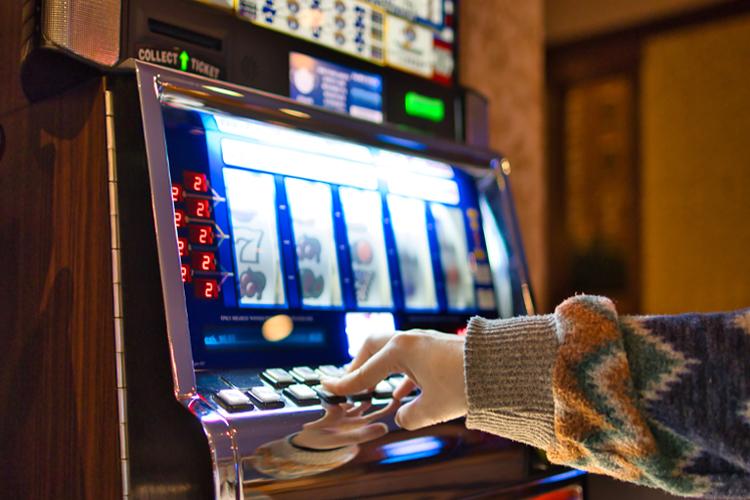 Pessoa joga maquina de Slot